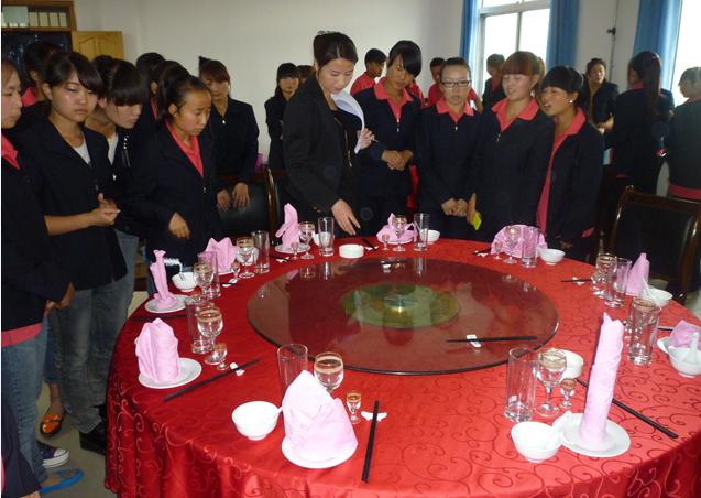 6月18日,我系旅游管理专业学生在中餐摆台实训室举行了中餐宴会摆台图片